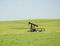Oljepump på wide öppen prärie fotografering för bildbyråer