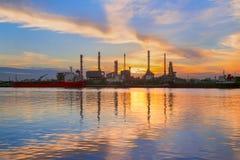 Oljeraffinaderi bredvid Chao Phraya River, i Bangkok, Thailand Fotografering för Bildbyråer
