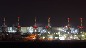 Oljeraffinaderi exponerat på natten royaltyfri bild