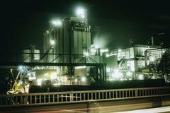 Oljeraffinaderi i Mannheim, Tyskland, tappning för metall för rest för plats för natt Europa för petrokemisk bransch arkivfoto