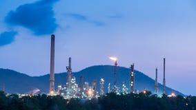 Oljeraffinaderi i morgondagsoluppgång Royaltyfria Foton