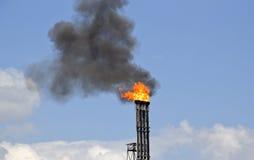 Oljeraffinaderi med brand och rök Royaltyfri Foto