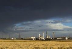 Oljeraffinaderi med stormmoln Royaltyfri Foto