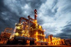 Oljeraffinaderi på aftonen Arkivbild