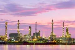 Oljeraffinaderi på gryning med skymninghimmel i Bangkok Arkivbild
