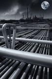 Oljeraffinaderi på midnatt, fullmåneresning Arkivbild