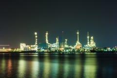 Oljeraffinaderi på natten Arkivbild