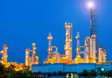 Oljeraffinaderi på natthimmel Arkivfoton
