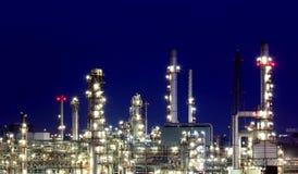 Oljeraffinaderi på skymning Arkivfoton