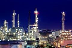 Oljeraffinaderi på skymning Fotografering för Bildbyråer