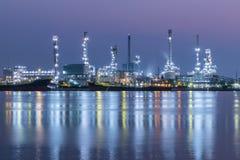 Oljeraffinaderi på skymning, Chao Phraya flod, Thailand royaltyfria foton