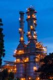 Oljeraffinaderi på skymningen Royaltyfri Foto