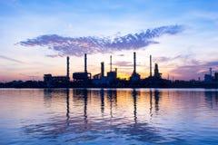 Oljeraffinaderi på sollöneförhöjningtid Royaltyfria Foton