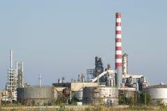 Oljeraffinaderi som kyler behållare Arkivfoto