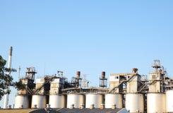 Oljeraffinaderibransch för fabriksbakgrund Arkivbild