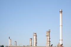 Oljeraffinaderibransch för fabriksbakgrund Royaltyfri Foto