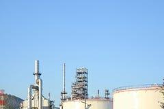 Oljeraffinaderibransch för fabriksbakgrund Arkivbilder