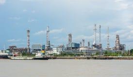 Oljeraffinaderibranschväxt i flodstranden, Thailand Royaltyfria Bilder