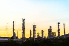 Oljeraffinaderibranschväxt på skymning Arkivfoto