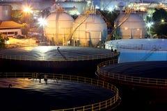 Oljeraffinaderiet på skymning Royaltyfri Foto