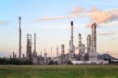 Oljeraffinaderifabrik i morgonen royaltyfri fotografi
