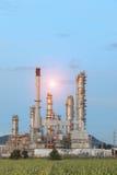 Oljeraffinaderifabrik i morgonen arkivbild