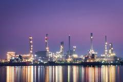 Oljeraffinaderifabrik i morgonen arkivfoton
