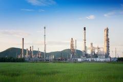 Oljeraffinaderifabrik i morgonen, petrokemisk växt arkivfoton