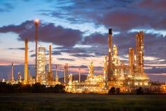 Oljeraffinaderifabrik i morgonen, petrokemisk växt arkivfoto