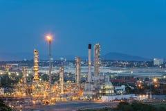 Oljeraffinaderifabrik i morgonen, petrokemisk växt, Petr Royaltyfri Foto