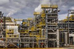 Oljeraffinaderifabrik på den molniga himlen, petrokemisk växt, Royaltyfria Bilder