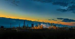Oljeraffinaderifabrik på gryning Arkivbild