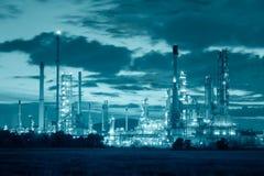 Oljeraffinaderifabrik på skymning, petrokemisk växt, olja arkivfoton