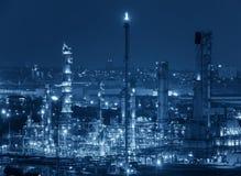 Oljeraffinaderifabrik på skymning, petrokemisk växt, olja arkivbild