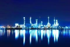 Oljeraffinaderifabrik på skymningen Royaltyfria Foton