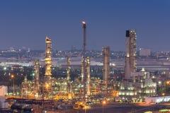 Oljeraffinaderifabrik på skymningen arkivfoto