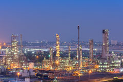 Oljeraffinaderifabrik på skymningen arkivbild