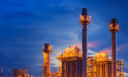 Oljeraffinaderifabrik på skymningen arkivbilder