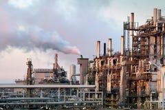 oljeraffinaderiskymning royaltyfri foto
