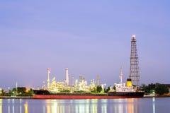 Oljeraffinaderiväxt med tankfartygnatt arkivbilder
