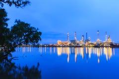 Oljeraffinaderiväxt på skymning Royaltyfria Foton