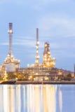 Oljeraffinaderiväxt på skymning Arkivbilder