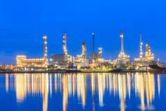 Oljeraffinaderiväxt på skymning Arkivbild