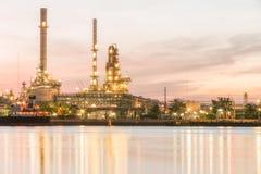 Oljeraffinaderiväxt på skymning Arkivfoto