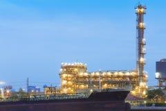 Oljeraffinaderiväxt på skymning Fotografering för Bildbyråer