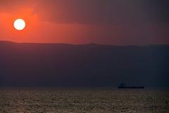 oljesolnedgångtankfartyg Arkivbild