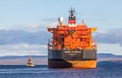 Oljetanker med bogserbåten Royaltyfri Bild