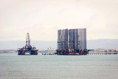 Oljetanker och plattform på Kaspiska havet Royaltyfria Bilder