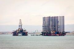 Oljetanker och plattform på Kaspiska havet Royaltyfri Bild