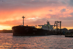 Oljetanker som en raffinaderi i solnedgång Arkivbilder